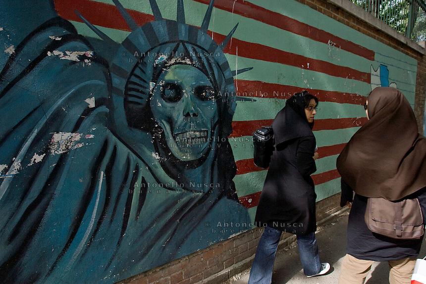Graffiti anti America davanti l'ambasciata degli Stati Uniti a Teheran. Graffiti in front of the former American embassy in Tehran.