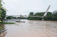 Piracicaba,SP - 23.12.14 - Rio de Piracicaba - Com as primeiras chuvas de verão o Rio de Piracicaba saltou de 47,42 m3/s para 365,43 m3/s e o rio antes em agonia agora respira novamente e a população saiu para ver e fotografar a nova paisagem. ( Mauricio Bento / Brazil Photo Press )
