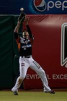 Jerry Owens atrapa elevado , durante el segundo  juego de la serie de beisbol entre Charros de Jalisco vs Naranjeros de Hermosillo de la Liga Mexicana del Pacifico en el Estadio Sonora.<br /> Hermosillo Sonora a 12 noviembre 2014. <br /> (Foto: Luis Gutierrez)