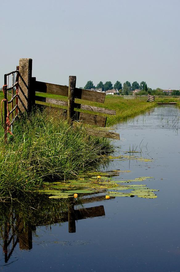 Nederland, omgeving Driebruggen, 8 juni   2006..Landbouwgebied met sloot en hek, hekje.landschap, agrarisch landschap..Foto (c) Michiel Wijnbergh..landscape ditch .