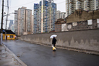 Un uomo cammina in una zona della citt&agrave; ad elevata densit&agrave; abitativa.<br /> Shanghai is the largest Chinese city by population and the largest city proper by population in the world.