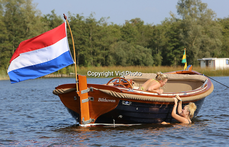 Foto: VidiPhoto<br /> <br /> LOOSDRECHT &ndash; Nog even genieten van de warme nazomer op de Loosdrechtse Plassen. Jong, maar vooral oud, bezochten donderdag het populaire watersportgebied op de grens van Noord-Holland en Utrecht. Na zaterdag is het voorlopig afgelopen met het mooie weer. Vanaf zondag gaan de temperaturen naar beneden en wordt het weer een stuk wisselvalliger.