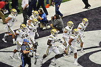 UCLA linebacker Eric Kendricks (6) leads the team on to the field before Alamo Bowl kickoff, Friday, January 02, 2015 in San Antonio, Tex. (Mo Khursheed/TFV Media via AP Images)