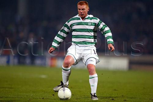 10.12.2003  Neil Lennon (Celtic) on the Ball in midfield