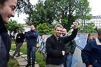 Roma 27 Aprile 2013.Questa mattina, agenti della polizia sono  andati a casa di Lander Fernandez ,al quartiere Garbatella, attivista del movimento giovanile basco, rifugiato in italia e agli arresti domiciliari  da più di un anno per  la richiesta di estradizione da parte della Spagna che lo accusa di aver commesso un reato di danneggiamento di un autobus durante una manifestazione a Bilbao nel febbraio 2002. La polizia lo ha portato in Questura per notificargli l'estradizione. Lander saluta con il pugno chiuso i simpatizzanti che sono andati  davanti la sua abitazione