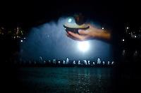 SÃO PAULO, SP, 01.12.2013 – INAUGURAÇÃO DA DECORAÇÃO DE NATAL DA FONTE DO IBIRAPUERA – Inaugurada na noite deste domingo (01) a iluminação de natal da Fonte D'agua do Parque do Ibirapuera, localizado na zona sul de São Paulo. Foto: Levi Bianco – Brazil Photo Press.