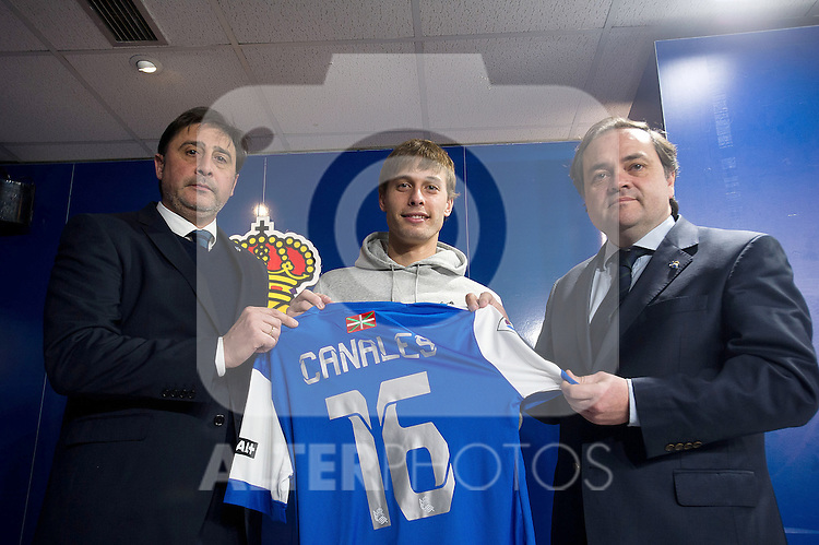 Real Sociedad's new player Sergio Canales with the President Jokin Aperribay (r) and the General Manager Loren Juarros (l) during his official presentation.February 2,2014. (ALTERPHOTOS/Mikel)