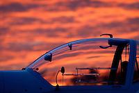 Kleinflugzeug: DEUTSCHLAND, GERMAY 08.02.2008: Motorsegler vom Typ Rotax Falke,  Sonnenuntergang, Luftsport, Flugzeug, Haube, Kanzel.c o p y r i g h t : A U F W I N D - L U F T B I L D E R . de.G e r t r u d - B a e u m e r - S t i e g  1 0 2,  .2 1 0 3 5  H a m b u r g ,  G e r m a n y.P h o n e  + 4 9  (0) 1 7 1 - 6 8 6 6 0 6 9 .E m a i l      H w e i 1 @ a o l . c o m.w w w . a u f w i n d - l u f t b i l d e r . d e.K o n t o : P o s t b a n k    H a m b u r g .B l z : 2 0 0 1 0 0 2 0  .K o n t o : 5 8 3 6 5 7 2 0 9.C  o p y r i g h t   n u r   f u e r   j o u r n a l i s t i s c h  Z w e c k e, keine  P e r s o e n  l i c h ke i t s r e c h t e   v o r  h a n d e n,  V e r o e f f e n t l i c h u n g  n u r    m i t  H o n o r a  n a c h  MFM, N a m e n s n e n n u n g und B e l e g e x e m p l a r !...