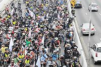 SAO PAULO,SP, 01 DE FEVEREIRO 2013 CIDADES - PROTESTO MOTOBOY - Concentração NA Av 23 de maio sentido centro de  São Paulo (SP), para realização de protesto na manhã desta sexta-feira (01). As novas regras de segurança para motofrentistas começam a valer neste sábado (2), mas apenas 21 mil dos 500 mil profissionais do estado de São Paulo fizeram o curso obrigatório. Segundo o sindicato, a baixa adesão se deve aos gastos com o curso e com os itens de segurança.. ADRIANO LIMA / BRAZIL PHOTO PRESS).