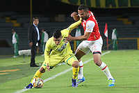 BOGOTA -COLOMBIA, 13-07-2016. Juan Manuel Falcon (Der) jugador de Santa Fe   disputa el balón con Daniel Catano (Izq) de Bucaramanga durante encuentro  por la fecha 3 de la Liga Aguila II 2016 disputado en el estadio Nemesio Camacho El Campín./ Manuel Falcon (R) player of Santa Fe   fights for the ball with Daniel Catano(L) player of Bucaramanga during match for the date 3 of the Aguila League II 2016 played at Nemesio Camacho El Campin stadium . Photo:VizzorImage / Felipe Caicedo  / Staff