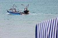 Europe/France/Bretagne/35/Ille et Vilaine/Cancale: Départ d'un chalutier côtier pour la pêche // France, Ille et Vilaine, cote d'emeraude (Emerald Coast), Cancale, Start a coastal trawler fishing