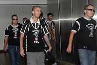 SAO PAULO, SP, 21 FEVEREIRO 2013 - torcedor   no desembarque da equipe do Corinthians após partida contra o San Jose da Bolivia valioda pela taca Libertadores da America, no aeroporto de Cumbica , em Guarulhos. nesta quarta feira 21. (FOTO: ALAN MORICI / BRAZIL PHOTO PRESS).
