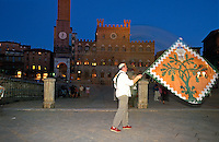 fahnenschwenkende Contrada, Siena, Toskana, Italien, Unesco-Weltkulturerbe