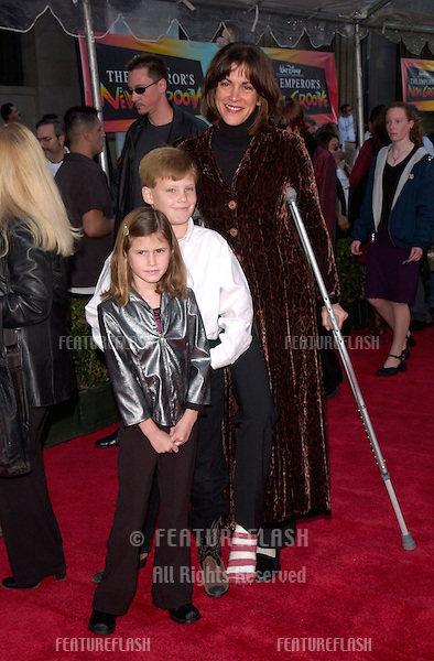 Actress WENDY MALICK & children at the world premiere in Hollywood of Disney's The Emperor's New Groove..10DEC2000.  © Paul Smith/Featureflash
