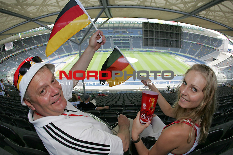 FIFA WM 2006 - Gruppe A ( Group A )<br /> Play #33 (20-Jun) - Ecuador vs Germany.<br /> Supporters from Germany celebrate before the match of the World Cup in Berlin.<br /> Foto &copy; nordphoto