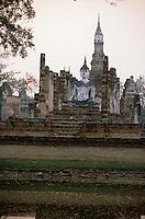 Asie/Thaïlande/Sukhothai : Dans le Parc Historique  Wat Mahathat (pôle spirituel du royaume de Sukhothai) à l'aube
