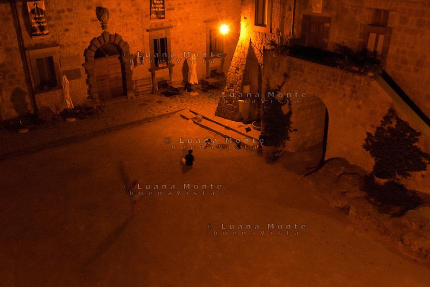 Civita di Bagnoregio. La piazza principale del borgo che, ancora col fondo in terra battuta, si apre davani alla chiesa di San Donato.