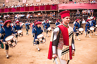 The representative people of the county are those opening the parade of the palio. Here is the commander officer with palace's drummers