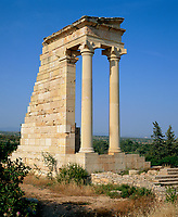 ZYPERN, Sued-Zypern, bei Kourion: archaelogische Ausgrabungsstaette - Tempel des Apollo Ylatis (Gott der Waelder) | CYPRUS, South-Cyprus, near Kourion: archaelogical excavation - Temple of Apollo Hylates