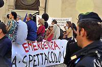 Roma, 20 Luglio 2009.Piazza Montecitorio.Artisti, scrittori, attori, manifestano contro i tagli alla cultura della manovra finanziaria..Artists, writers, actors, demonstrating against the cuts to the culture of fiscal consolidation.