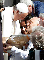 Papa Francesco saluta i fedeli al termine dell'udienza generale del mercoledi' in Piazza San Pietro, Citta' del Vaticano, 1 aprile 2015.<br /> Pope Francis greets faithful at the end of his weekly general audience in St. Peter's Square at the Vatican, 1 April 2015.<br /> UPDATE IMAGES PRESS/Isabella Bonotto<br /> <br /> STRICTLY ONLY FOR EDITORIAL USE