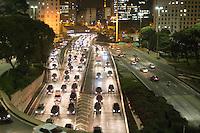 SÃO PAULO, SP - 09.06.2013: TRANSITO -  Motoristas enfrentão transito intenso na Av 23 de Maio na região central sentido centro,nesta segunda feira (10), em sentido contrário (sul) o motorista não encontra dificuldades para trafegar. (Foto: Marcelo Brammer/Brazil Photo Press)