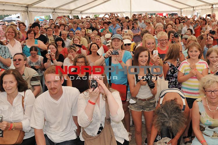 28.07.13, Rote Rosen Studio, Lueneburg, Rote Rosen, Fan-Tag,  im Bild Feature ein volles Fan-Zelt// during the day 2013/07/28,Lueneburg<br /> Foto &copy; nph/ Witke