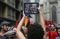 SAO PAULO, SP, 22.03.2014 - PROTESTO / ANTIFASCISTA - Marcha Antifascista, na Praça da Sé, centro de São Paulo, neste sábado. Os manifestantes seguem em passeata até o prédio que abrigou o antigo Deops/SP (Departamento Estadual de Ordem Política e Social de São Paulo), na Luz, também região central. Policias militares escoltam o grupo. (Foto: William Volcov / Brazil Photo Press).