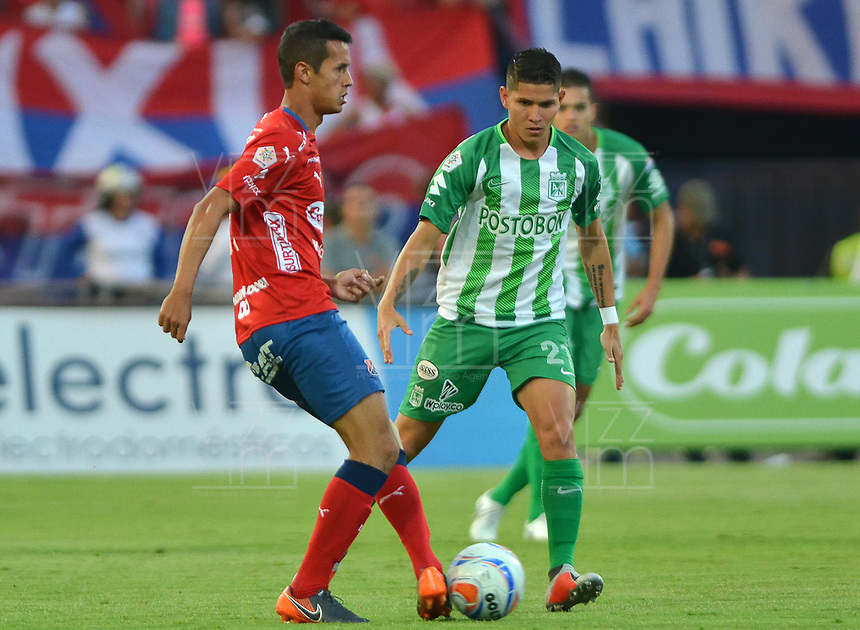 MEDELLÍN - COLOMBIA, 06-10-2018:  Andres Ricaute (Izq) jugador del Medellín disputa el balón con Jorman Campuzano  (Der) de Atletico Nacional durante el partido entre Deportivo Independiente Medellín y Atletico Nacional por la fecha 13 de la Liga Águila II 2018 jugado en el estadio Atanasio Girardot de la ciudad de Medellín. / Andres Ricaute (L) player of Medellin vies for the ball with Jorman Campuzano (R) player of Atletico Nacional during match between Deportivo Independiente Medellin and Atletico Nacional for the date 13 of the Aguila League II 2018 played at Atanasio Girardot stadium in Medellin city. Photo: VizzorImage/ León Monsalve / Cont