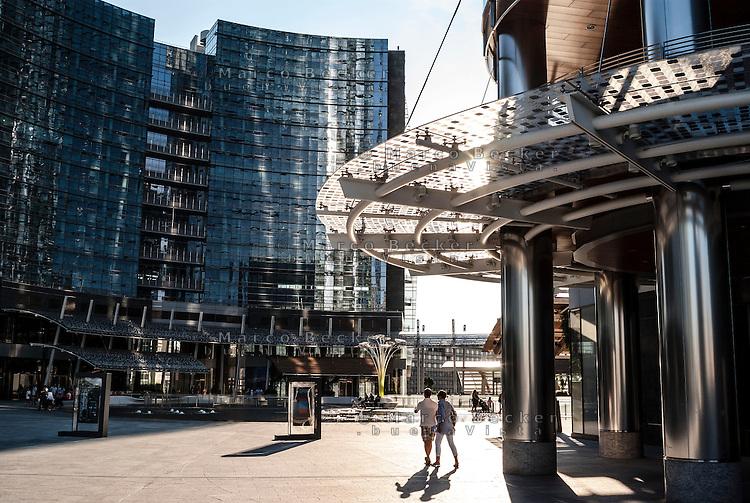 """Milano, Porta Nuova Garibaldi, piazza Gae Aulenti (il """"Podio"""") --- Milan, Porta Nuova Garibaldi district, Gae Aulenti square (the """"Podio"""")"""