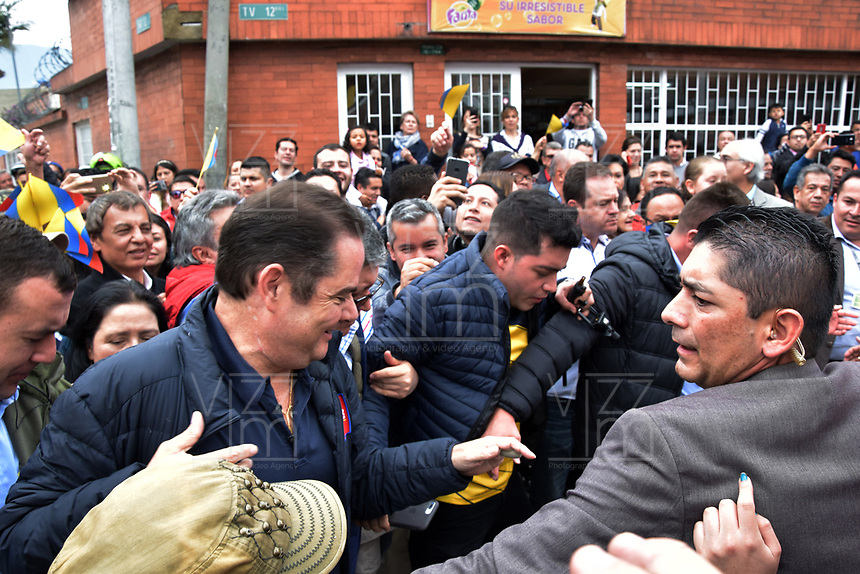 BOGOTA - COLOMBIA, 27-05-2018:Candidato presidencial saliendo de su lugar de votación. Las elecciones presidenciales de Colombia de 2018 se celebrarán el domingo 27 de mayo de 2018. El candidato ganador gobernará por un periodo máximo de 4 años fijado entre el 7 de agosto de 2018 y el 7 de agosto de 2022. / Presidencial candidate going out of his votation place. Colombia's 2018 presidential election will be held on Sunday, May 27, 2018. The winning candidate will govern for a maximum period of 4 years fixed between August 7, 2018 and August 7, 2022. Photo: VizzorImage / Nicolas Aleman / Cont