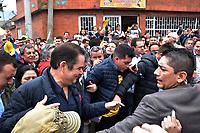 BOGOTA - COLOMBIA, 27-05-2018:Candidato presidencial saliendo de su lugar de votación. Las elecciones presidenciales de Colombia de 2018 se celebrarán el domingo 27 de mayo de 2018. El candidato ganador gobernará por un periodo máximo de 4 años fijado entre el 7 de agosto de 2018 y el 7 de agosto de 2022. / Presidencial candidate going out of his votation place. Colombia's 2018 presidential election will be held on Sunday, May 27, 2018. The winning candidate will govern for a maximum period of 4 years fixed between August 7, 2018 and August 7, 2022. Photo: VizzorImage / Nicolas Aleman / Cont
