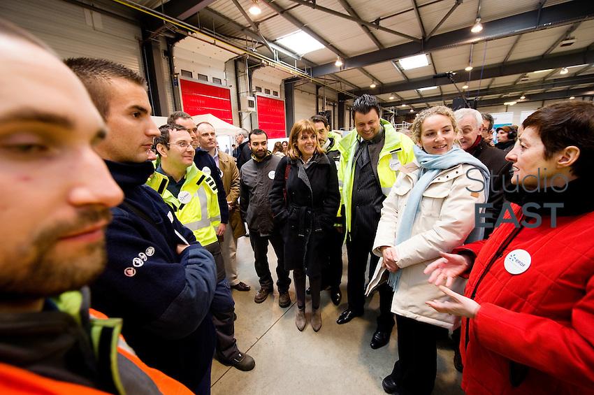 Mme Delphine Batho (2 ème à partir de la droite), rencontre des ouvriers d'ERDF, accompagnée de Michèle Bellon (droite), et Anne Lauvergeon (4ème à partir de la droite), pendant la visite de la plateforme Serval d'ERDF, à Gennevilliers, près de Paris, France, le 30 mars 2013. Photo : Lucas Schifres