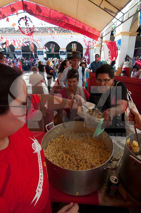 SÃO LUIZ DO PARAITINGA, SP, 26 DE MAIO DE 2012 - FESTA DO DIVINO - Preparação e distribuição do Afogado, prato tipico da região, feito com carne de vaca cozida e servido com farinha de mandioca. É distribuido gratuitamente para os moradores da cidade durante o sabado e domingo em que ocorre a festa do divino. (FOTO: LEVI BIANCO - BRAZIL PHOTO PRESS)