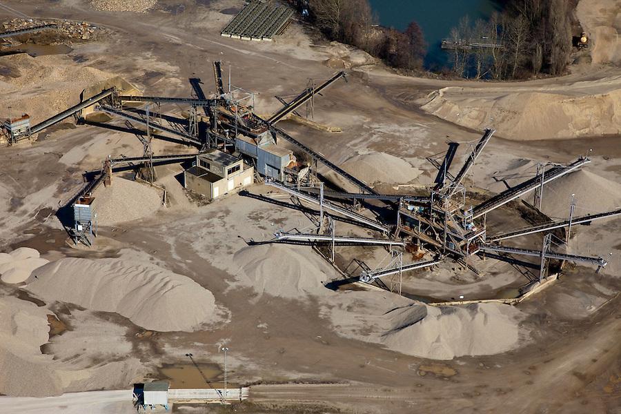 Nederland, Limburg, Gemeente Sittard-Geleen , 07-03-2010; zandwinning langs de Grensmaas ter hoogte van Grevenbicht, de zandwinplas ligt in Belgie bij Rotem (Dilsen-Stokkem). De machine zeeft en sorteerd zand en grint..Excavation of sand along the river Meuse at the height of Grevenbicht, located in Belgium.  The machine sifts  sand and gravel..luchtfoto (toeslag), aerial photo additional fee required).foto/photo Siebe Swart