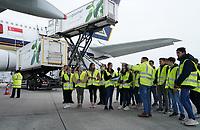 Schüler der Justin-Wagner Schule aus Rossdorf am A380 von Singapore Airlines auf dem Frankfurter Flughafen, Dennis Wohlleben (Fraport) erklärt - Frankfurt 23.10.2019: Schüler machen Zeitung bei Singapore Airlines
