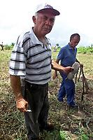 (Da direita para esquerda)a)os ex soldados Raimundo Melo e Josean José Soares, os militares que fizeram a denúncia sobre a morte de por execução e enterro clandestino degerrilheiros no Araguaia apresentam provas encontradas na área . Entre os guerrilheiros mortos estariam Walquíria, Oswaldão, Pedro  Alexandrino e Baptista.<br />Xambioá, Tocantins Brasil<br />Foto Paulo santos/Interfoto<br />06/03/2004