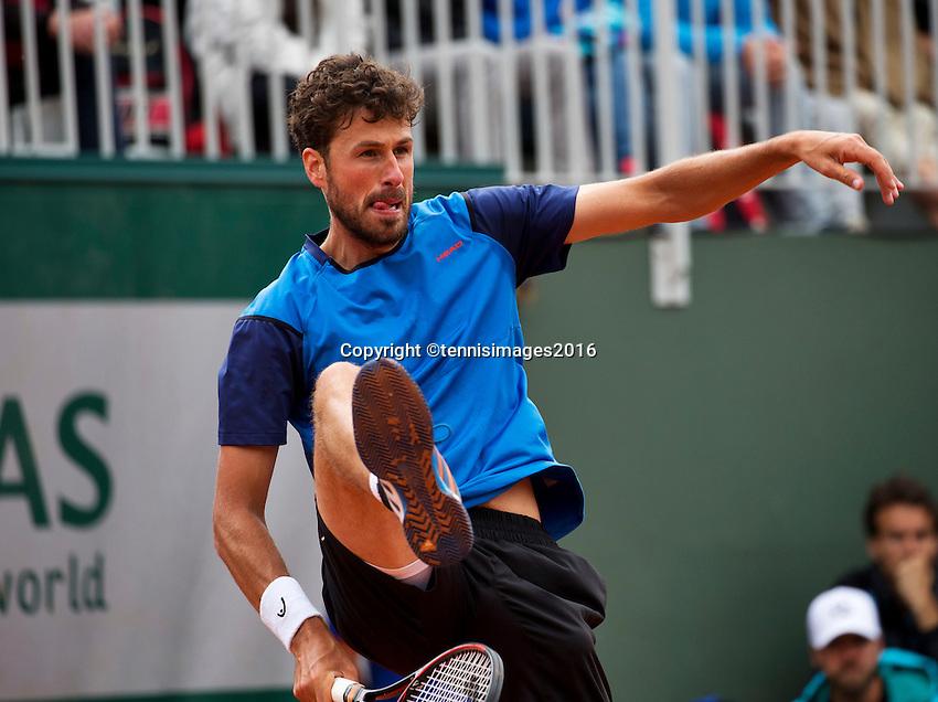 Paris, France, 23 june, 2016, Tennis, Roland Garros, Robin Haase (NED) does a tweener, he returns the ball between his leggs<br /> Photo: Henk Koster/tennisimages.com