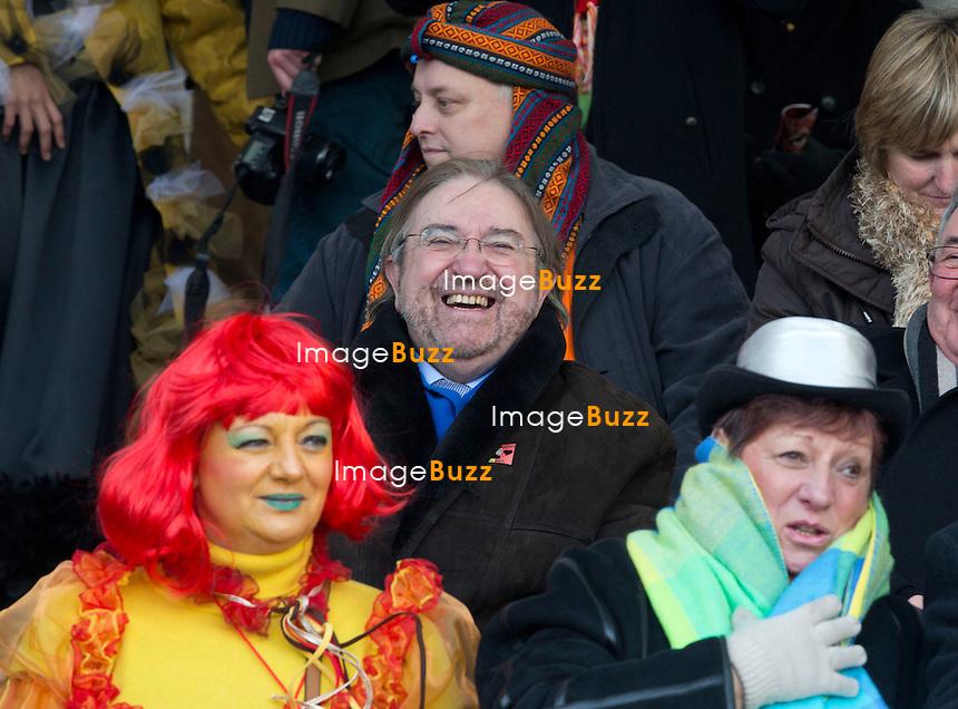 """HERMAN DE CROO AU CARNAVAL D'ALOST - Un char """"SS-VA"""" au carnaval d'Alost en Belgique - Un char baptisé """"char de la déportation des francophones"""".Neuf figurants y étaient avec des uniformes de la """"SS-VA"""". Les têtes de turc seront Bart De Wever, Karim Van Overmeire, ancien membre du Vlaams Belang et échevin de la N-VA, ainsi que le bourgmestre de la ville, Christophe D'Haese. Depuis sa victoire aux élections municipales d'octobre à Alost, la N-VA a multiplié les initiatives pour renforcer le """"caractère flamand"""" de la ville, faisant par exemple retirer les portraits du couple royal belge de la salle du conseil municipal. Alost, Belgique, 7 février 2013."""