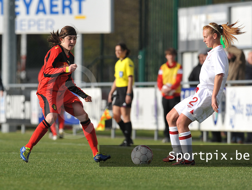UEFA Women's Under 17 Championship - Second Qualifying round - group 1 : Belgium - England : .Noemie Gelders probeert Molly bartrip te storen.foto DAVID CATRY / Vrouwenteam.be
