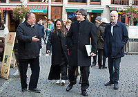 EXCLUSIF : L'artiste chinois Ai Weiwei et le catalan Carles Puigdemont  sur la Grand-Place de Bruxelles.<br /> Belgique, Bruxelles, 21 novembre 2018.<br /> EXCLUSIVE : Chinese artist Ai Weiwei and Catalan leader in exile Carles Puigdemont pictured at th&eacute; Grand-Place in Brussels.<br /> Belgium, Brussels, 21 November 2018