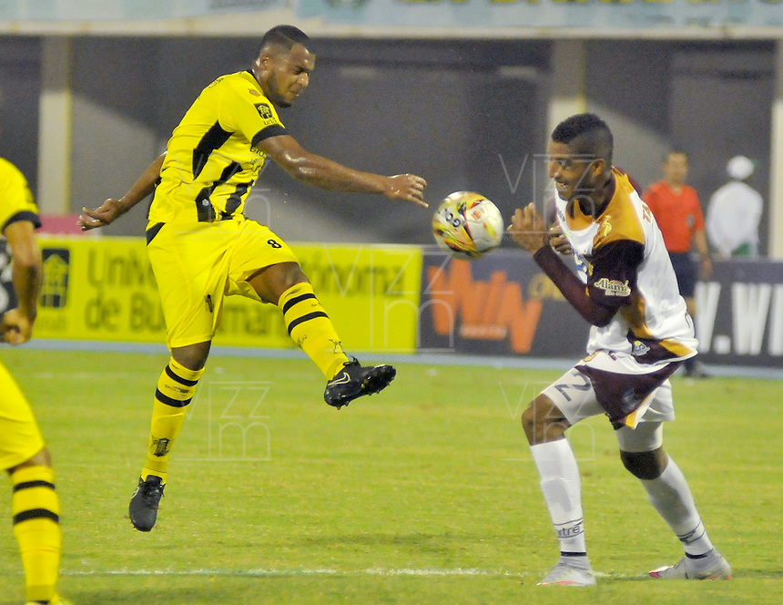 BARRANCABERMEJA -COLOMBIA, 07-11-2015:  Jhersson Cordoba  jugador de Alianza Petrolera disputa el balón con el Deportes Tolima durante encuentro  por la fecha 19 de la Liga Aguila II 2015 disputado en el estadio Daniel Villa Zapata de la ciudad de Barrancabermeja./ Jhersson Cordoba player of Alianza Petrolera fights for the ball with Deportes Tolima during match for the date 19 of the Aguila League II 2015 played at Daniel Villa Zapata stadium in Barrancabermeja city. Photo:VizzorImage / Jose David Martinez / Cont