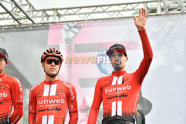 Tom Dumoulin (NED) and Team Sunweb sign on before Stage 3 of the 2019 Giro d'Italia, running 220km from Vinci to Orbetello, Italy. 13th May 2019<br /> Picture: Massimo Paolone/LaPresse | Cyclefile<br /> <br /> All photos usage must carry mandatory copyright credit (© Cyclefile | Massimo Paolone/LaPresse)