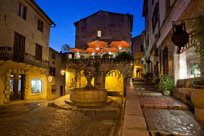France, Provence-Alpes-Côte d'Azur, Saint-Paul-de-Vence: Village square at night | Frankreich, Provence-Alpes-Côte d'Azur, Saint-Paul-de-Vence: Altstadt am Abend