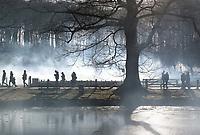 Nederland - Arnhem  - 17 december 2017.  Op 16 en 17 december vond Landleven Winter plaats in het Nederlands Openluchtmuseum. Bezoekers lopen door het museum.  Foto Berlinda van Dam / Hollandse Hoogte.