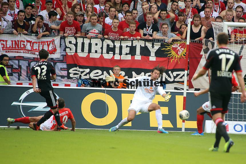 Robbie Kruse (Bayer) erzielt das 0:3 gegen Zdenek Pospech und Heinz Mueller (Mainz) 1. FSV Mainz 05 vs. Bayer 04 Leverkusen, Coface Arena, 6. Spieltag
