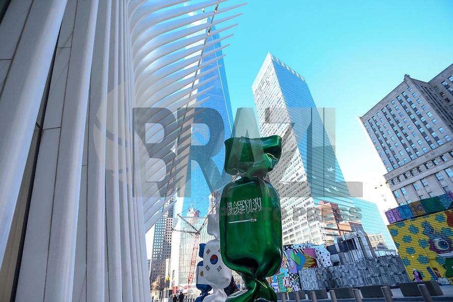 """NOVA YORK, EUA, 14.01.2019 - EUA-EXPOSIÇÃO - Uma escultura com a bandeira da Arábia Saudita, parte de uma exposição chamada """"Candy Nations"""" é retratada do lado de fora do Oculus, um dos edifícios que substituiu o original World Trade Center em 14 de janeiro de 2019, em Nova York. - Candy Nations representando as bandeiras de cada um dos países do G20 como confecções embrulhadas de 9 pés de altura, tem atraído críticas por sua colocação fora do 1 World Trade Center. (Foto: William Volcov/Brazil Photo Press)"""