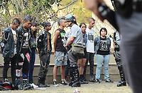 SAO PAULO, 07 DE SETEMBRO DE 2012 - APREENSAO ARMAS BRANCAS MARCHA CORRUPCAO - Policia Militar durante abordagem a grupo punk, na marcha contra a corrupcao que aconteceu na tarde desta sexta feira na Avenida Paulista. A Policia apreendeu armas brancas que estavam com os manifestantes. Ninguem foi levado a delegacia. FOTO: ALEXANDRE MOREIRA - BRAZIL PHOTO PRESS