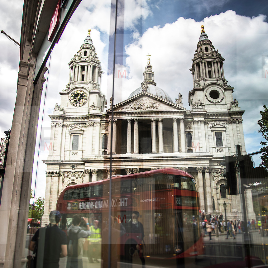 Il riflesso di St Paul's Cathedral.<br /> <br /> St Paul's Cathedral reflected on a window