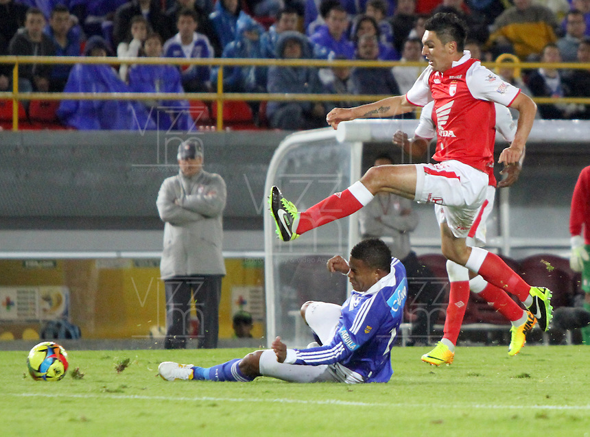BOGOTA -COLOMBIA- 15 -09-2013.Daniel Torres (Der) del Independiente Santa Fe disputa el balón contra Román Torres de Los Millonarios , acción de Juego correspondiente al partido  de Los  Millonarios contra el  Independiente  Santa Fe , partido de la novena fecha de La Liga Postobon segundo semestre jugado en el estadio Nemesio Camacho El Campin / Daniel Torres (Der) of the Independent Santa Fe disputes the ball against Roman Torres of The Millionaires, action of Game corresponding to the party of The Millionaires against the Independent Santa Fe, party corresponding to the ninth date of The League Postobon the second semester played in the stadium Nemesio Camacho The Campin  .Photo: VizzorImage / Felipe Caicedo / Staff